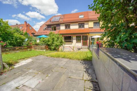 Reihenhaus mit Potenzial, 3 Garagen und Garten in idyllischer Lage