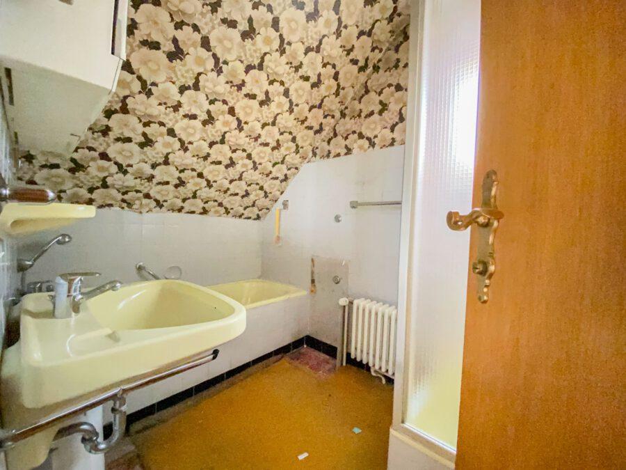 Sonnige und großzügige 3,5 Zimmerwohnung mit tollem Balkon (renovierungsbedürftig) - Bad