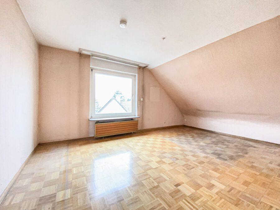 Sonnige und großzügige 3,5 Zimmerwohnung mit tollem Balkon (renovierungsbedürftig) - Schlafzimmer