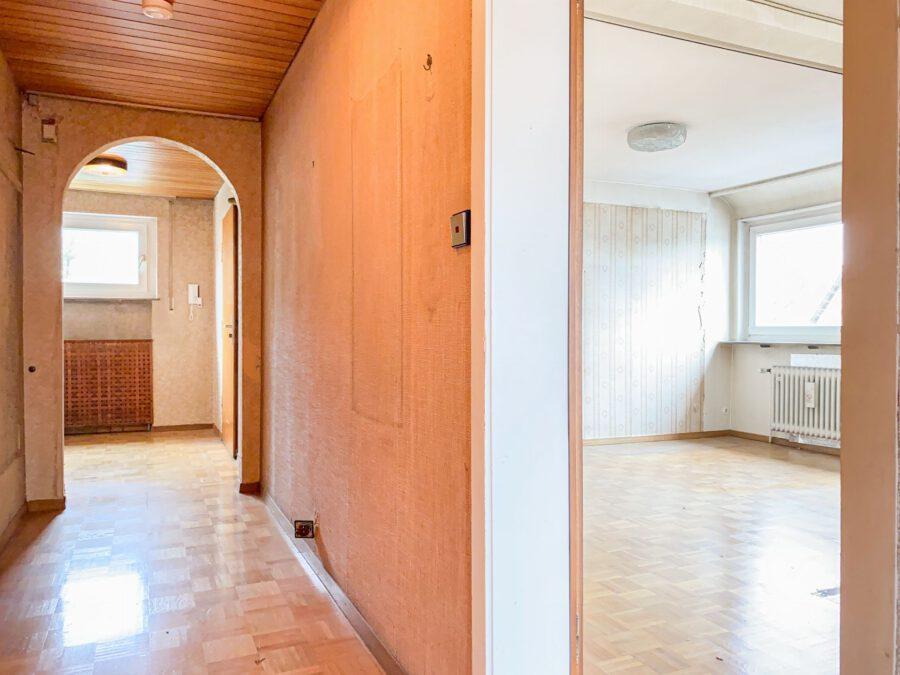 Sonnige und großzügige 3,5 Zimmerwohnung mit tollem Balkon (renovierungsbedürftig) - Flur