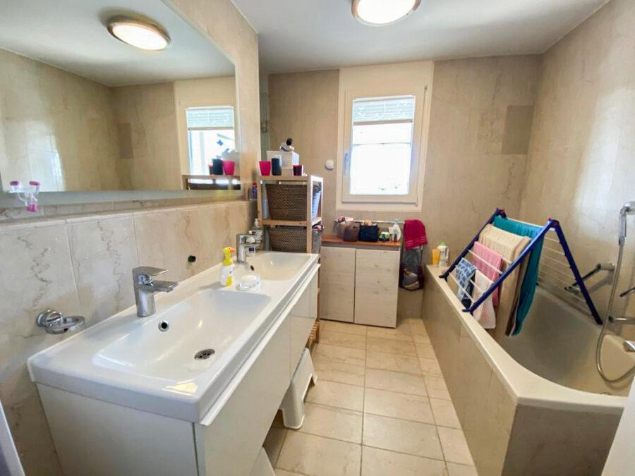 Helle und großzügige 4,5-Zimmer Wohnung mit 3 Terrassen und tollem Blick - Badezimmer
