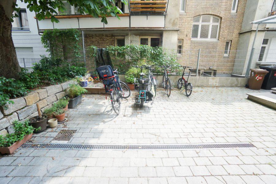 Großzügige Beletage-Altbauwohnung in zentraler Lage mit großer Terrasse - Innenhof