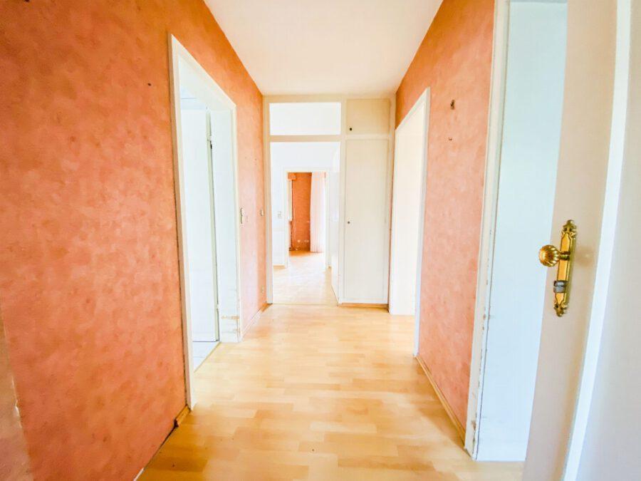 Großzügige 3-Zimmerwohnung mit Balkon (renovierungsbedürftig) - Flur