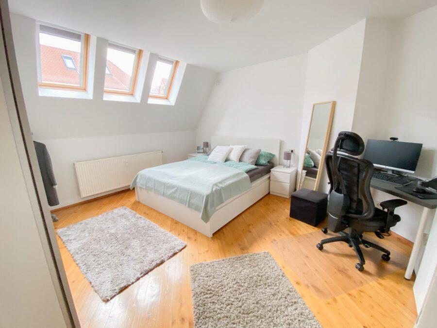 Helle und großzügige Altbau DG Wohnung mit Balkon - Schlafzimmer
