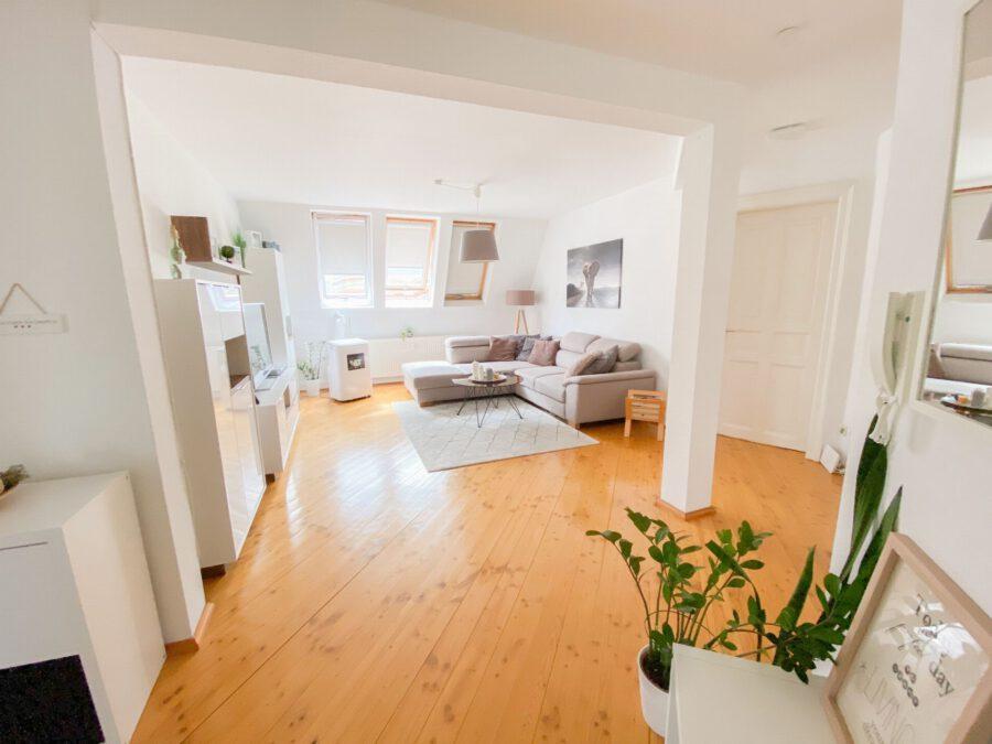Helle und großzügige Altbau DG Wohnung mit Balkon - Wohnzimmer