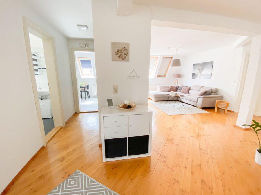 Helle und großzügige Altbau DG Wohnung mit Balkon - Flur