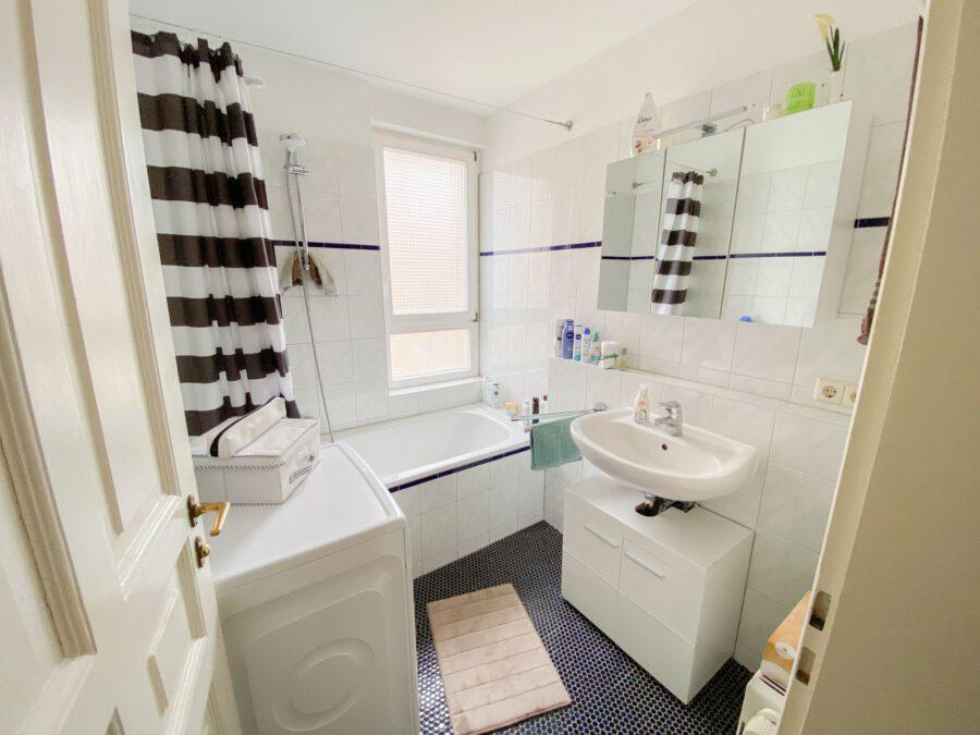 Helle und großzügige Altbau DG Wohnung mit Balkon - Badezimmer