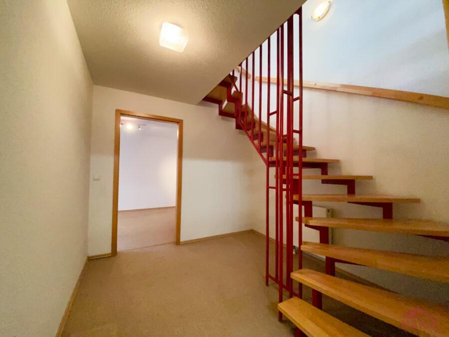 Sonnige Doppelhaushälfte mit Garage und EBK - Treppenhaus