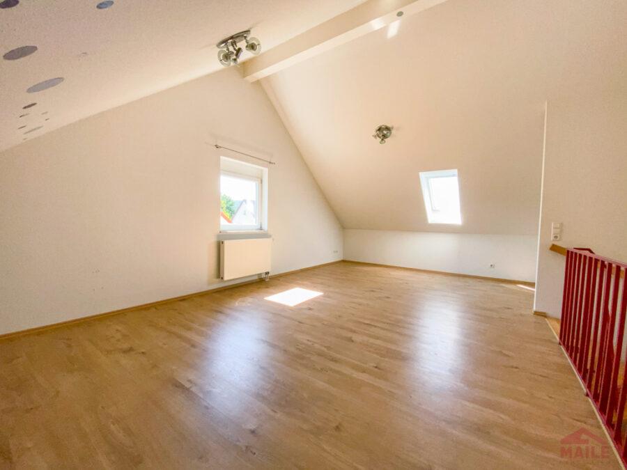 Sonnige Doppelhaushälfte mit Garage und EBK - DG Studio