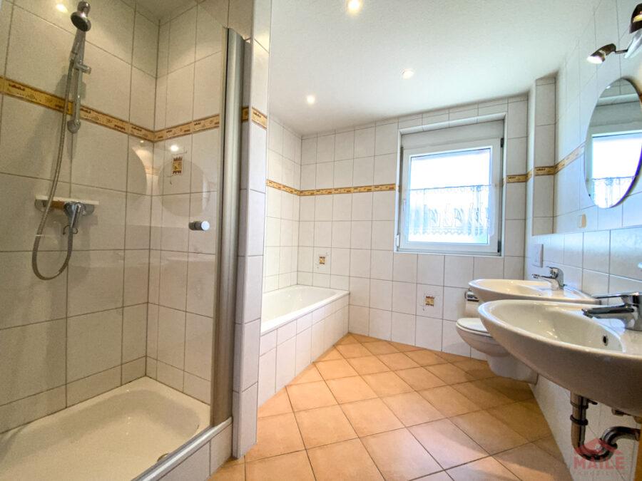 Sonnige Doppelhaushälfte mit Garage und EBK - Badezimmer