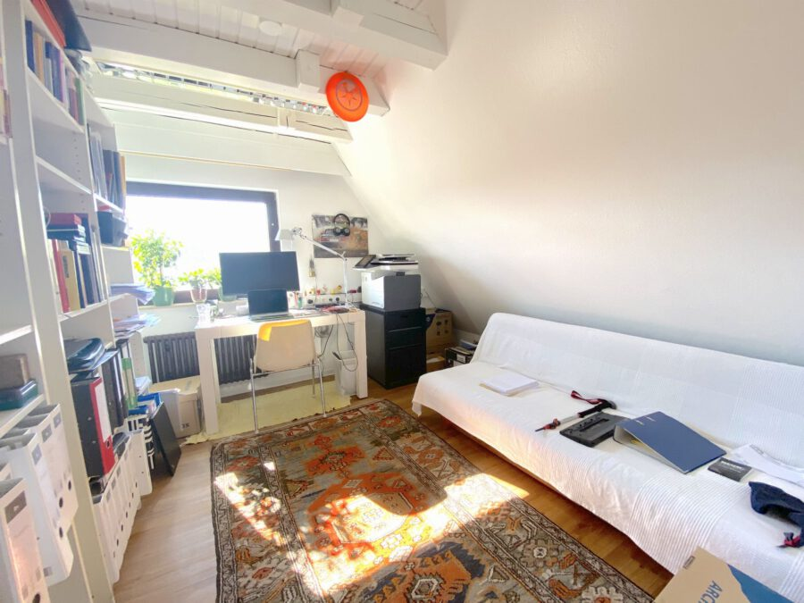 Schöne 2,5 Dachgeschosswohnung mit EBK und Balkon - Schlafzimmer