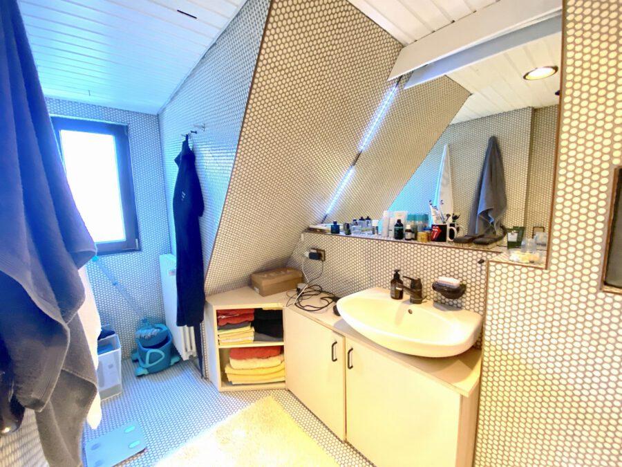 Schöne 2,5 Dachgeschosswohnung mit EBK und Balkon - Badezimmer Teil1
