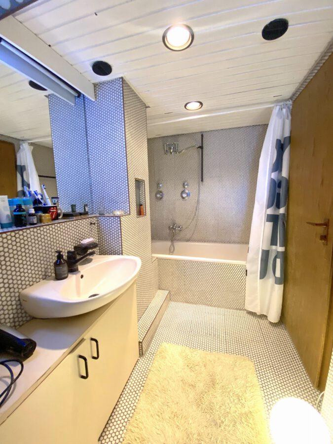 Schöne 2,5 Dachgeschosswohnung mit EBK und Balkon - Badezimmer Teil 2
