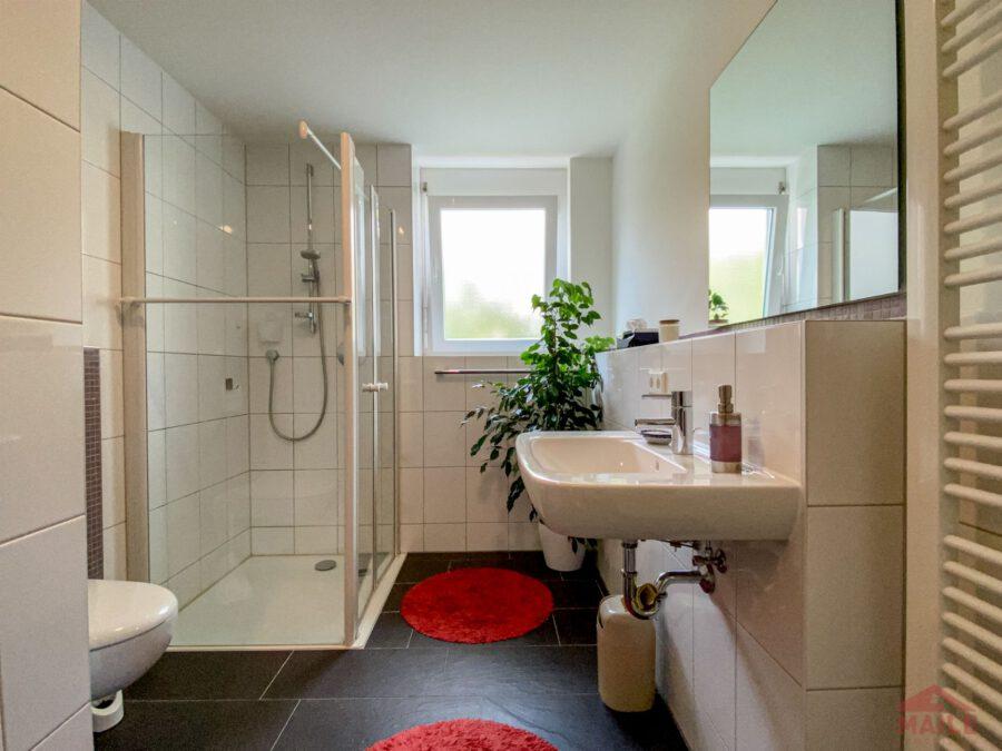Hochwertige, barrierefreie Wohnung mit großem Balkon und EBK. - Bad 1